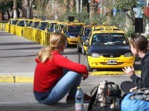 El Gobierno busca regularizar el negocio en negro de los taxis